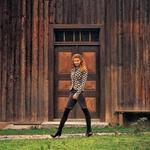 Pletena jakna, Diane Von Furstenberg, 105.900 SIT;  top, Mango, 7.499 SIT;  bermuda hlače, Morgan, 12.790 SIT;  hlačne nogavice, Sisi, 1.664 SIT;  čevlji, Miss Divine, 23.999 SIT.