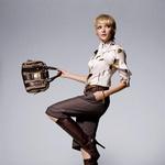 majica, hlače, pas, škornji in torbica, Gucci; zapestnica, John Wind za Fragments.