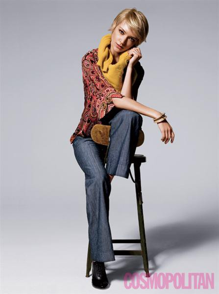 top, Nieves Lavi; pulover, See pri Chloe; hlače, New York & Company; čevlji, Nicolas Kirkwood za 3.1 Phillip