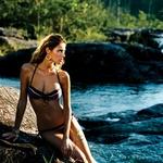 Bikini, Rampage; uhani, Marcia Moran pri Fortunoff; zapestnica, Chan Luu.