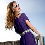 Obleka, Sisley (72,40 €);  pas, Stradivarius (14,95 €);  sončna očala, Six (12,95 €).