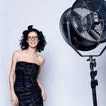 Obleka, D&G (492 €);  obroč v laseh, Ana Lazovski (60 €);  očala, Ray Ban (185 €). (foto: Mimi Antolović)