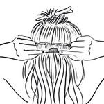 Trak umetnih las raztegni in srednjo sponko namesti na srewdino zadnjega dela glave. Nato pripni še levo in desno sponko. (foto: Jeffrey Westbrook/Studio D, Arthur Belebeau, Ilustracije: Stuart Mckenzie/eyecandy.co.uk)