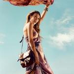 Obleka, Bershka (35,95 €);  torba, Topshop (76 €);  zapestnica iz školjk, H&M (4,95 €);  tanke zapestnice, Pull & Bear (12,95 €);  ruti, Sariko (15,50 € za kos);  čevlji, Pull & Bear (49,95 €). (foto: Tomo Brejc)