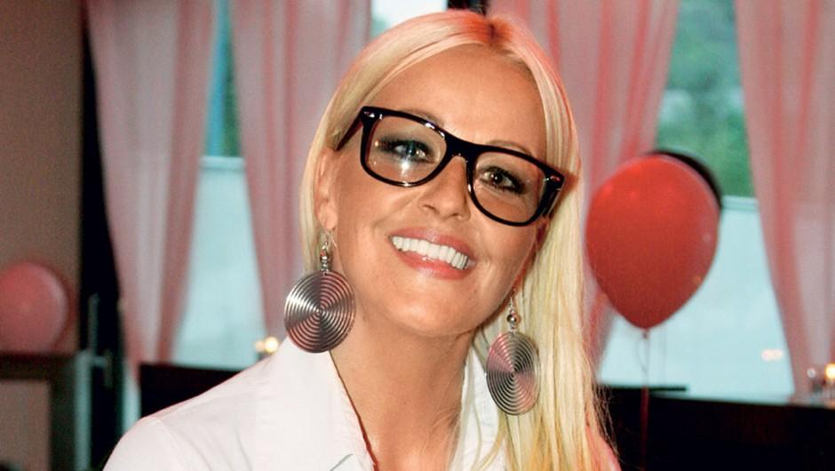 Vedeževalka Karin si je nadela očala in ... (foto: Lea)