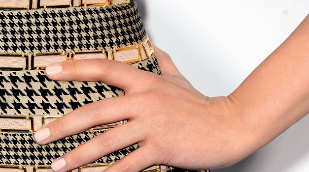 Ginnifer Goodwin: Kožni toni naredijo prste bolj elegantne (foto: Getty Images, Chris Eckert/Studio D.,  ilustracije: Stuart Mackenzie/eyecandy.co.uk)