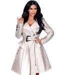 Kim Kardashian - Zvezdnica resničnostnih šovov Kim Kardashian je očitno izredno podjetna ženska, tudi kar se čevljev tiče. Temnolaska je še posebej nora na čevlje oblikovalca Christiana Louboutina, a očitno doma nima tako velike zbirke, kot bi si želela. Kim namreč naenkrat kupi po deset parov čevljev omenjenega oblikovalca, nato vse obuje in preizkusi, potem pa jih vrne devet parov, obdrži pa le enega. (foto: promocija)