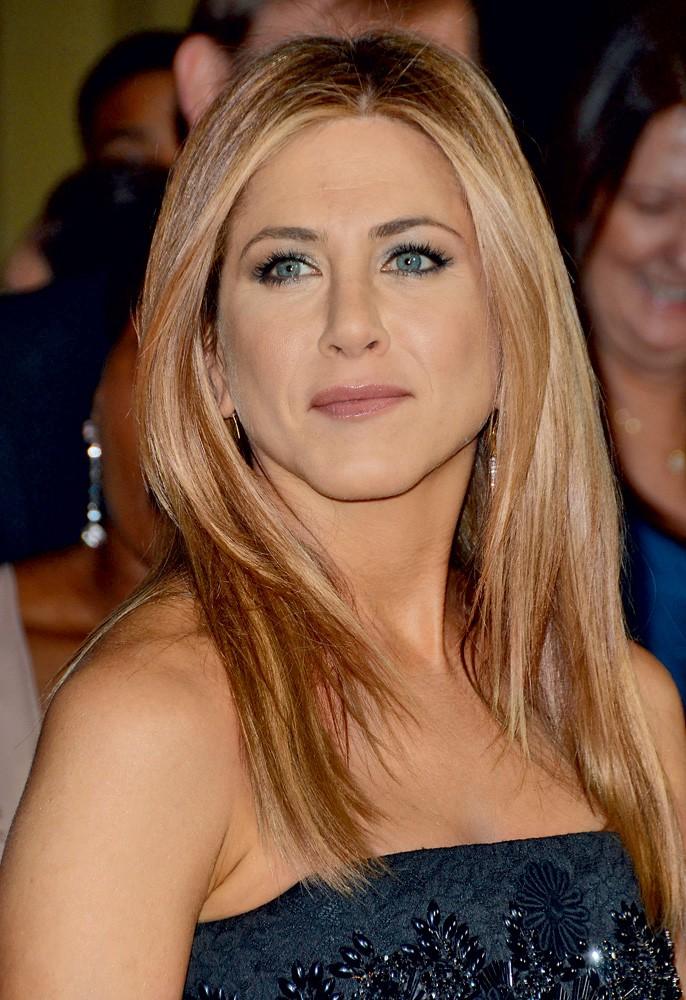 Jennifer Aniston - Jennifer Aniston, ki je najbolj znana po vlogi Rachel v humoristični seriji Prijatelji, se dobro zaveda, da ima zavidljivo lepe lase. Eden izmed njenih stilistov je razkril, da naj bi zvezdnica ponorela, ko ji kdo razmrši pričesko. Ker so lasje njen zaščitni znak, si jih ne želi sušiti sama. Dvainštiridesetletna igralka namreč vedno, ko si umije lase, pokliče frizerja, da ji oblikuje pričesko - pa naj bo to ponoči ali v zgodnjih jutranjih urah. Anistonova si očitno lahko privošči karkoli, saj jo je nekoč ob štirih zjutraj prijelo, da bi si skrajšala konice, in frizerju ni preostalo nič drugega, kot da ji je ustregel.  (foto: promocija)
