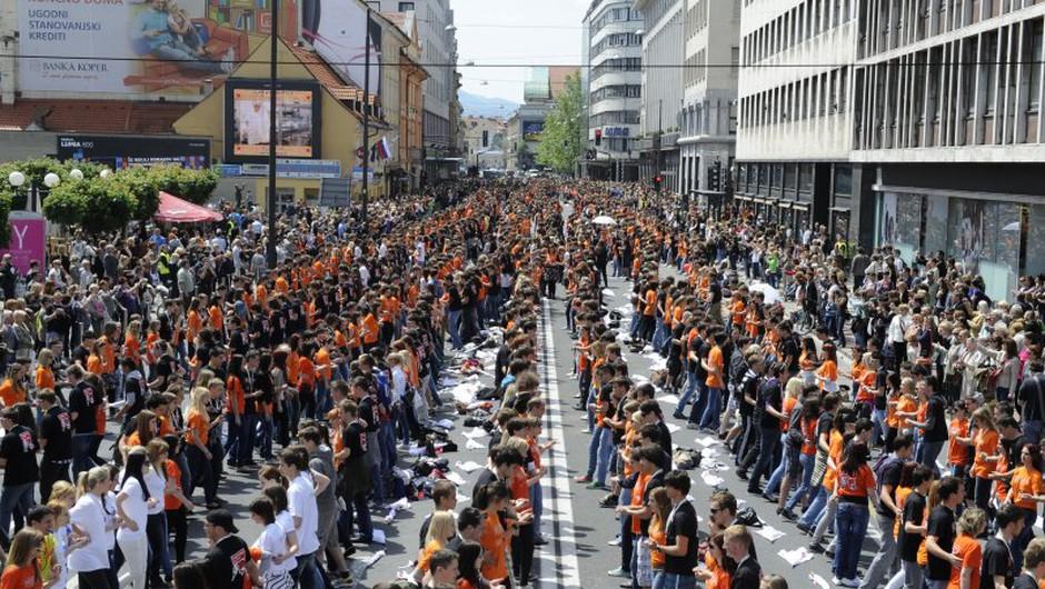 Maturanti slovenskih in evropskih mest združeni v plesu (foto: Primož Predalič)