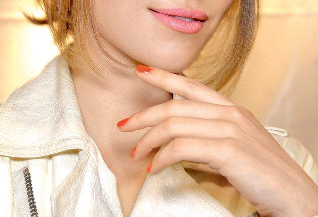 Nohti pod žarometi: Vroče mačke so tokrat krempeljčke pomočile v svetle kričeče barve, polne bleščic. Trend, ki ga vidiš na sliki, lahko ponarediš z roza lakom za nohte, ki ima bleščice vseh barv (Zoya desno je za to odličen). Če ti bleščice niso všeč, pa je alternativa manikira v živahnem rdeče oranžnem tonu.