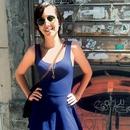 Oh ta šesdeseta!  Všeč nam je modra obleka  A-linije v kombinaciji z visokimi sivimi sandalami.