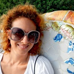 Nika ob Gaudijevi keramiki.  (foto: Shutterstock.com, osebni arhiv)