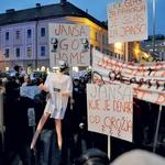 @rtvslo Protestniki s kamni obmetavajo NLB, policija meče solzivec, zaradi katerega protestniki zapuščajo Trg republike. S. B. L.  (foto: Primož Predalič in Goran Antley)