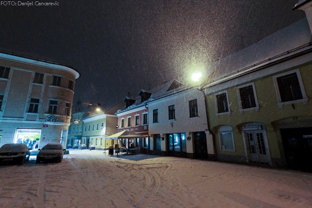 Fotograf na nočnem sprehodu po zasneženem Kranju (foto: Danijel Čančarević)