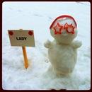 2. Občudovale snežakinjo pred našo stavbo.
