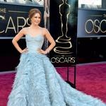 Pravljična obleka je načeloma dobra, a žal precej 'varna' izbira za oskarje. Skozi leta smo videli že nešteto tovrstnih bogato okrašenih oblek, ki se bohotijo z večmetrsko svilo. Dokaj plesna obleka Oscarja de la Rente me ni presenetila in Amy Adams je v njen delovala živčno in bledolično.  (foto: AMPAS in Profimedia)