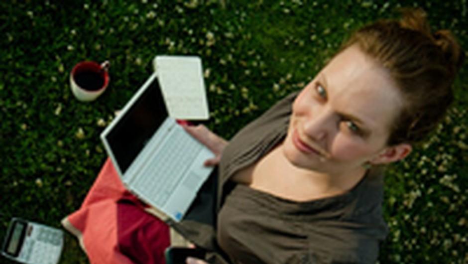 Ko lahko ob kavici urejaš svoje finance (foto: foter.com)