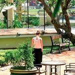 Prostorna oaza, vrt hotela Raffles v glavnem mestu Phnom Penh. (foto: Osebni arhiv)