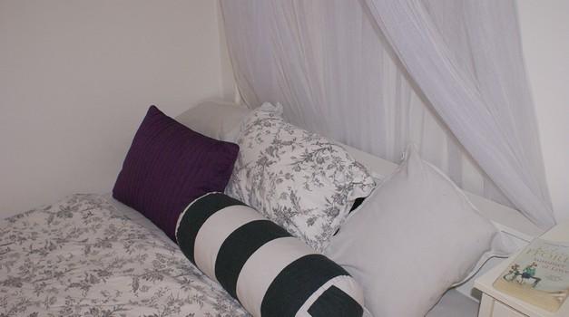 Nova posteljnina s svilenimi prevlekami mu bo gotovo všeč. (foto: Živa Gedei)