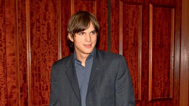 Charlieja Sheena je v vlogi milijarderja Waldena Schmidta zelo uspešno nadomestil njegov 13 let mlajši kolega Ashton Kutcher.  (foto: Shutterstock)