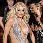 Pamela Anderson, ena od najbolj slavnih žensk, ki so se slekle za Playboy, mu je leta 2008, za njegov 82. rojstni dan, zaplesala striptiz. Na sebi je obdržala le čevlje z visoko peto, kar ga je seveda navdušilo. (foto: Profimedia, Shutterstock, Getty Images)