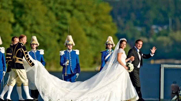 Princesa je na poroki nosila obleko italijanskega modnega oblikovalca Valentina Garavanija. (foto: Getty Images)