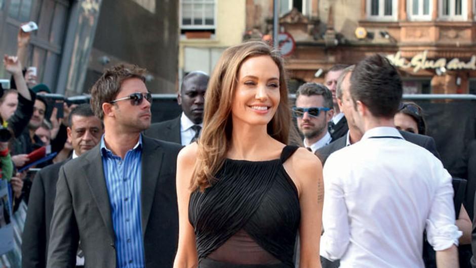 Angelina Jolie med drugim slovi tudi kot strastna zbirateljica nožev, ki jih obožuje že od rane mladosti.  (foto: Profimedia)