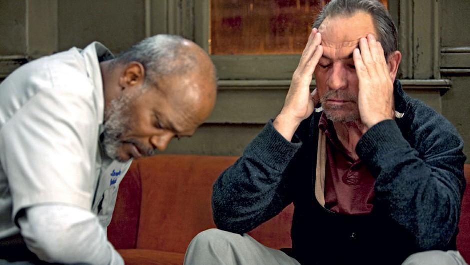 V filmu Trenutek odločitve je igral obtoženega častnika, ki ga na vojnem sodišču brani kolega in prijatelj - upodablja ga Tommy Lee Jones.  (foto: profimedia)