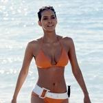 V akcijski pustolovščini James Bond: Umri kdaj drugič je predvsem moške navdušila v sceni, v kateri v oranžnem bikiniju pride iz vode. (foto: Profimedia)