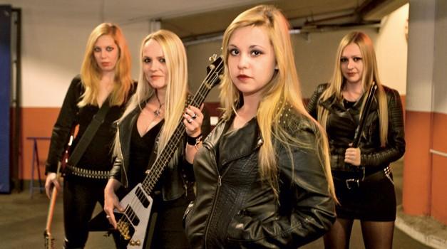 Punc, ki so dobre glasbenice, ki jim je rokenrol blizu in si želijo igrati v bendu, pri nas skorajda ni. (foto: Goran Antley)