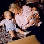 Debbie je Michaela mlajšega  povila 13. februarja 1997, Paris  pa 3. aprila 1998, a pokojni pevec  menda ni njun biološki oče.  (foto: Profimedia)