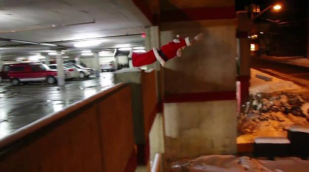Akrobatski Božiček ne potrebuje sani (foto: Ronnie Street Stunts @ YouTube)