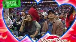 Govorica telesa: Milo Kunis in Ashtona Kutcherja ujame Kiss Cam!