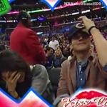 Govorica telesa: Milo Kunis in Ashtona Kutcherja ujame Kiss Cam! (foto: profimedia)