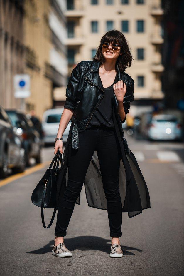 Trendi Eva oblečena v vedno popularno asimetrik jakno, H&M snakeskin superge in s hudimi sončnimi očali. (foto: Robert Ribič)