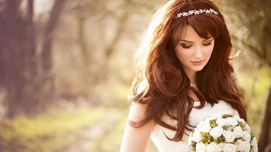 Največkrat se nevesta v kombinaciji s tiaro odloči za spuščene lase. (foto: Shutterstock)