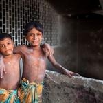 Takole sta fotografu pozirala bratca - Azizuli (12 let) in Rafiqule (9 let), ki skupaj delata v ročni izdelovalnici mila. (foto: profimedia)
