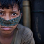 12-letni Sanaul dela v usnjarni. To masko si je zaradi dela s kemikalijami in barvami improviziral kar sam. (foto: profimedia)