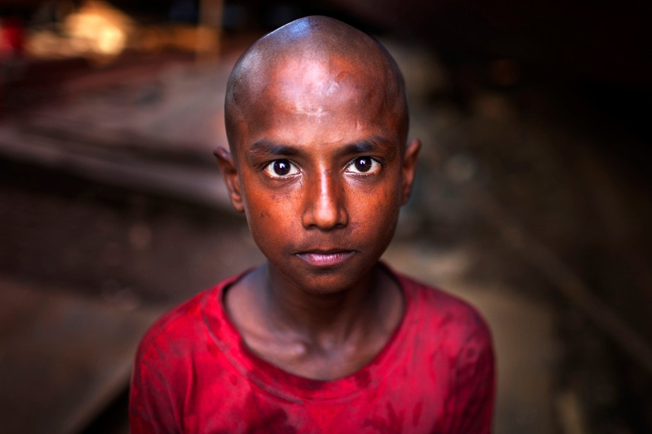 Sujan je star 9 let in dela v ladjedelnici v Dhaki, Bangladeš.  (foto: profimedia)