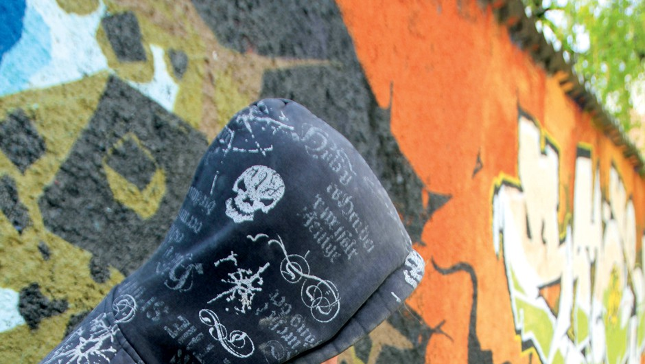 'Grafitarstvo je na meji med umetnostjo, vandalizmom in tipografijo z ilustracijo. Umetniški izdelek ima po navadi globjo vsebino, nad katero se zamisliš in bi naj nekaj sporočala. (foto: arhiv Klan 1107)