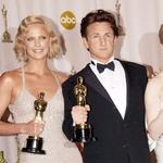 Takole sta vsak s svojim oskarjem pozirala že na podelitvi teh prestižnih zlatih kipcev leta 2004.  (foto: Profimedia)