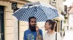 Mestni dežniki so bili te dni tudi modna nuja