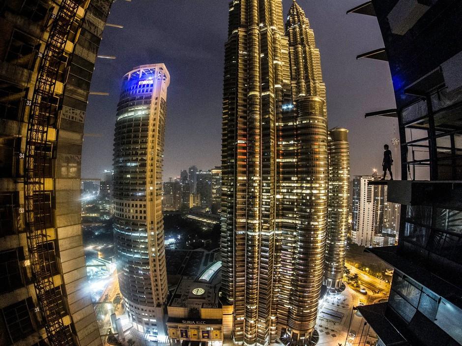 Vrtoglavi vzpon na najvišje malezijske stavbe iz protesta (foto: profimedia)