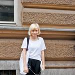 Kupila sem si nove visoke čevlje s platformo in se prvi dan pred faksom v njih trikrat spotaknila. - Irena, 21 let (foto: Helena Milost)