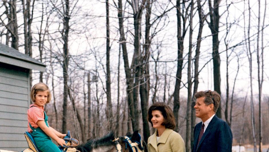 Preden je spoznala Aristotla, je bila Jackie deset let poročena z nekdanjim ameriškim predsednikom Johnom F. Kennedyjem.  (foto: revija Lea)