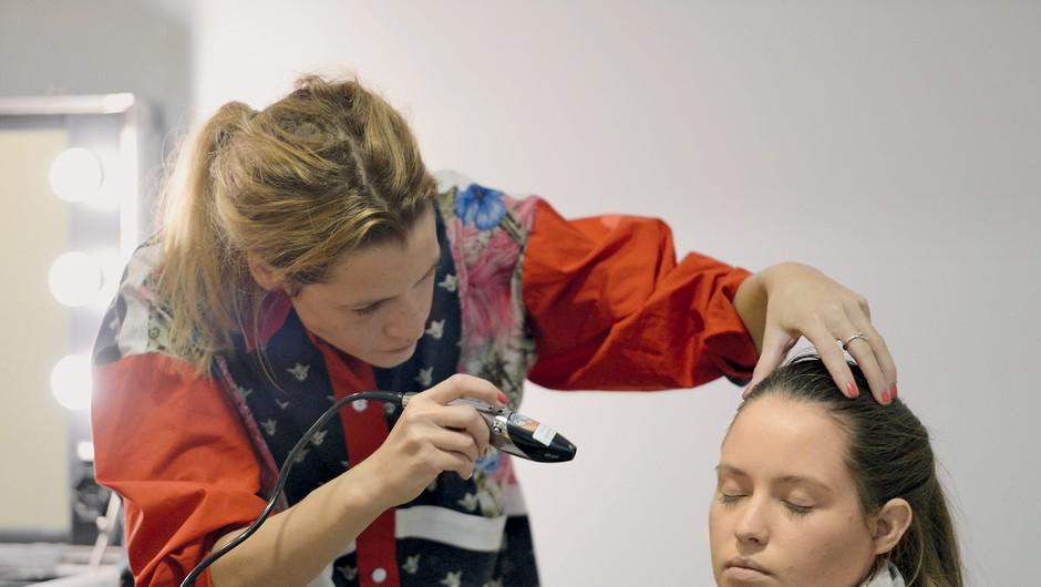 Vsaka udeleženka je  poskusila nanos na svoji koži. (foto: Pavletič, Predalič)