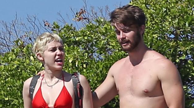 Na Havajih tudi Miley Cyrus s svojim postavnim Patrickom! (foto: Profimedia)