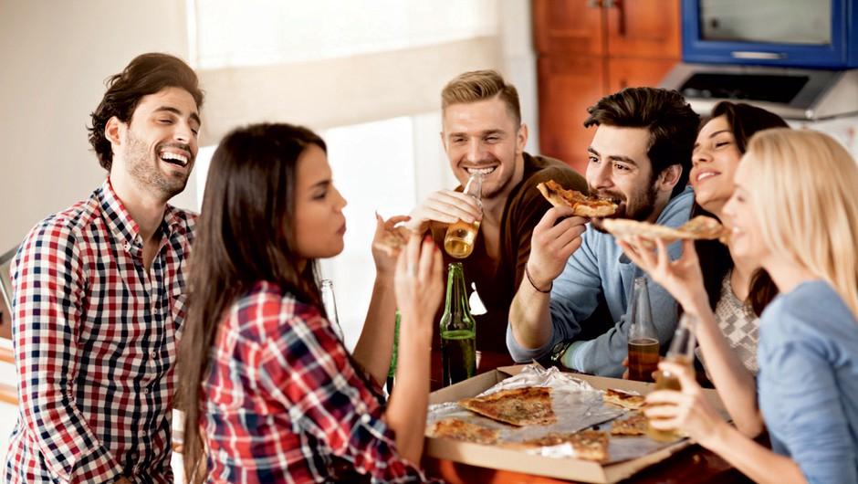 Greš na zabavo? Preden grešiš s hrano, nujno pojej tole ... (foto: Shutterstock)