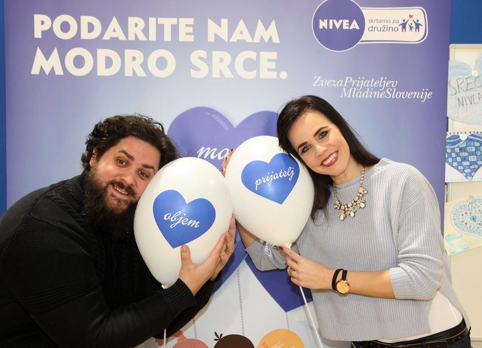 Ambasadorja akcije NIVEA Podarite nam modro srce, Lorella Flego in Boštjan Gorenc Pižama. (foto: NIVEA)
