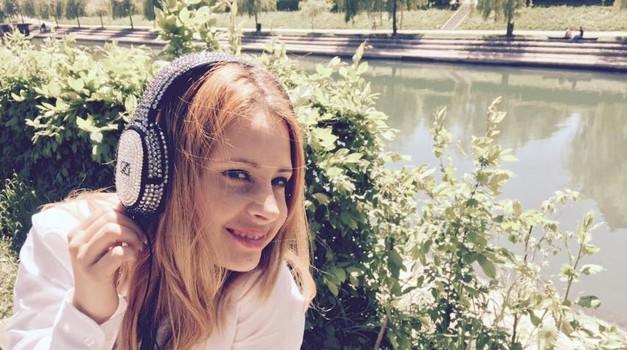 Marjetka z evrovizijskimi slušalkami (foto: Facebook)